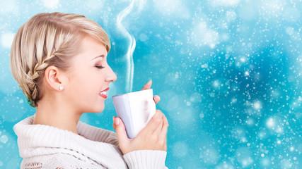 junge blonde Frau genießt Getränk