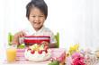 笑顔の誕生日の子供