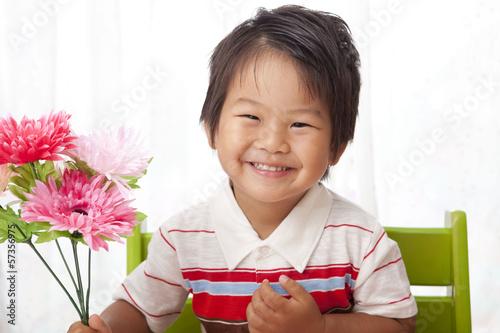 花を持つ笑顔の子供