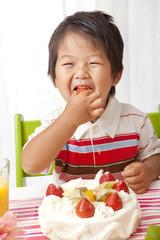 おいしそうにイチゴを食べる子供