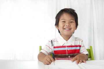 笑顔で学習する子供