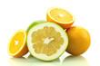 Soczyste pomarańcze i grejpfrut na białym tle