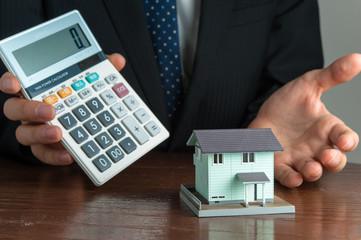 住宅販売をする男性