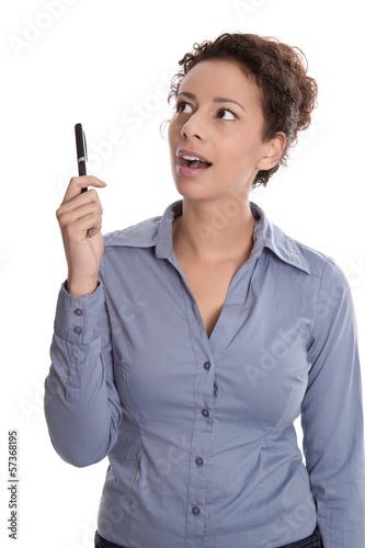 Junge Frau blickt seitlich erstaunt interessiert - isoliert blau