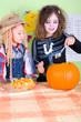 Kinder zu Halloween mit Kürbis