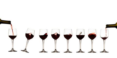 Bicchieri vino rosso in fila, sfondo bianco, Bottiglia