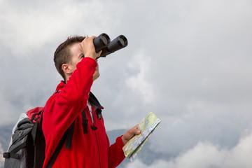Ziel suchen während einer Wanderung über den Wolken