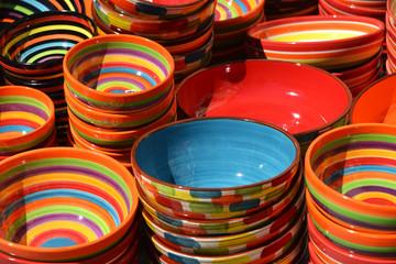 bunte Keramikschüsseln