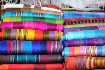 Foulards artisanaux sur le marché