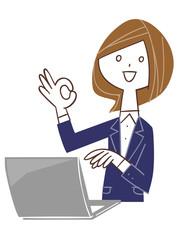 パソコンを使ってOKのサインを出す女性