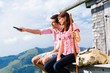 Alpen - Mann und Frau vor Almhütte in Bergen