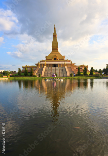 Foto op Plexiglas Bedehuis Golden pagoda mahamongkol bua in roiet Province Thailand