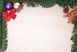 Tannenzweig Rahmen mit Weihnachtsdekoration