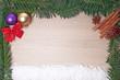 Tannenzweig Rahmen mit Weihnachtsdekoration und Schnee