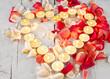 Alles Liebe: Herz aus Kerzen mit Rosenblütenblättern