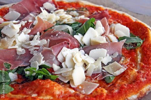 rucola schinken pizza mit parmesan