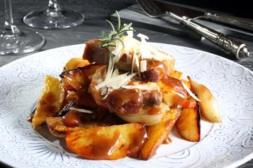 delizioso piatto carne arrosto con patate sfondo grigio