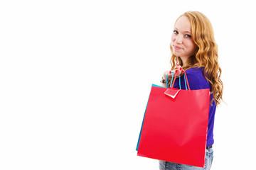 junge rothaarige frau mit einkaufstüten dreht sich um