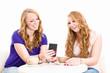 junge frauen schauen auf ihr smartphone