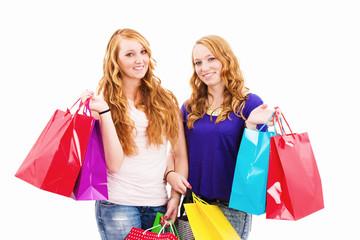 zwei glückliche rothaarige frauen mit einkaufstüten