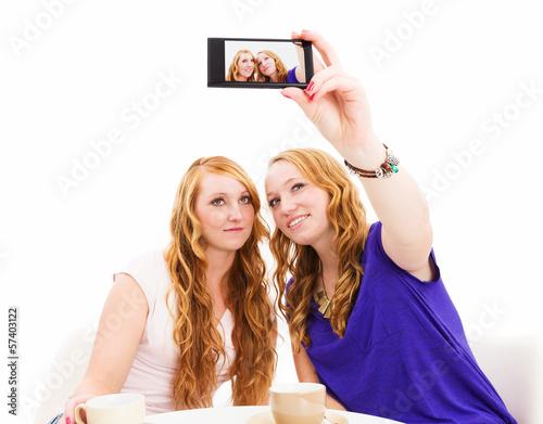 freundinnen machen ein foto von sich selbst