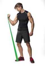 Junger mann beim Training mit Fitnessband