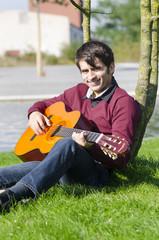freundlicher mann mit gitarre