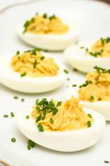 Hart gekochte Eier mit Füllung aus Eigelb