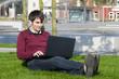 junger mann mit laptop im park