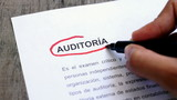 Circling Audit with a pen (In Spanish)