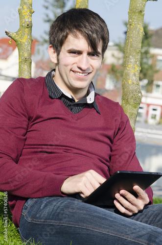 freundlicher mann mit tablet