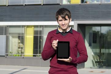 junger mann zeigt tablet