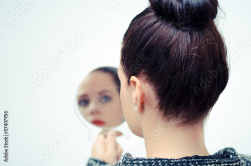 businesswoman looking in the mirror and reflecting плакат
