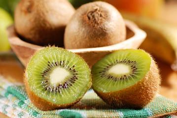 frutti di kiwi sul tavolo