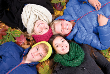 Teenager im Herbstlaub