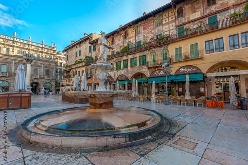 Fotobehang Fontaine Piazza delle Erbe and Palazzo Maffei, Verona, Italy