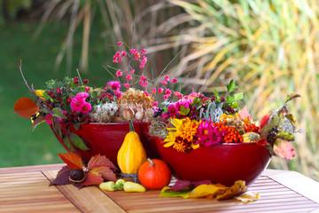 Herbstdekoration auf dem Gartentisch