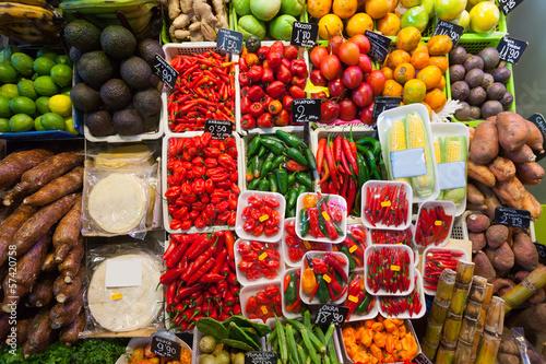 Keuken foto achterwand Boodschappen Hot pepper and other vegetables on counter