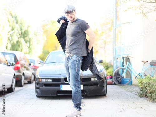 Mann steht vor Auto