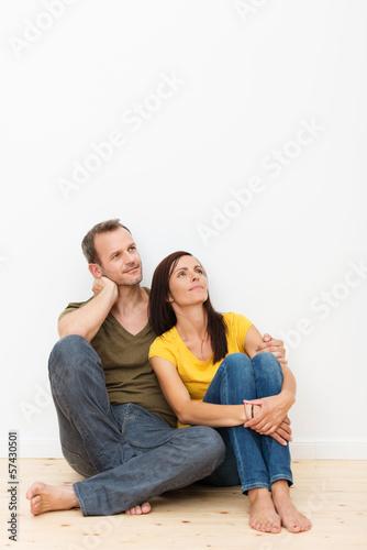 paar sitzt auf dem boden und schaut nach oben