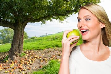 Lebenslustige Frau (25 Jahre) mit Apfel, Natur