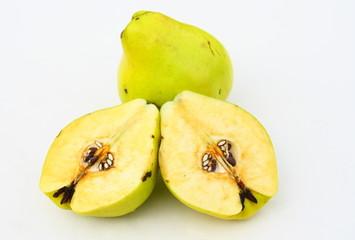 coing,fruit coupés isolé sur fond blanc