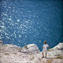 Enfant au bord de l'eau