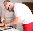junger Koch beim anrichten