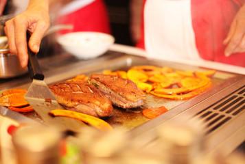 Fleisch mit Kürbis auf Grillplatte