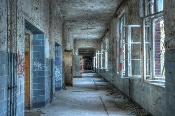 Korridor in einem verlassenen Krankenhaus