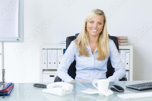 frau sitzt entspannt im büro