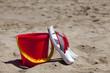 Flip Flops an einem roten Eimer angelehnt