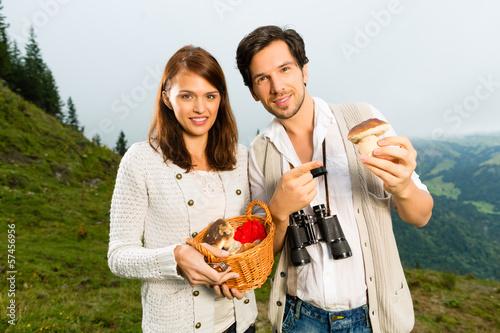 Junge Pilzsucher in den Alpen mit Pilzen