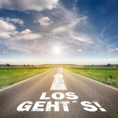 "Straße mit dem Slogan ""Los geht´s"""